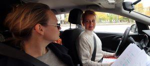 """Sie wird niemand aufhalten! - Carina Wiese und Anja Schneider bei den Aufnahmen zu """"Die Entgiftung des Mannes"""" (Foto: Olaf Parusel/MDR)"""