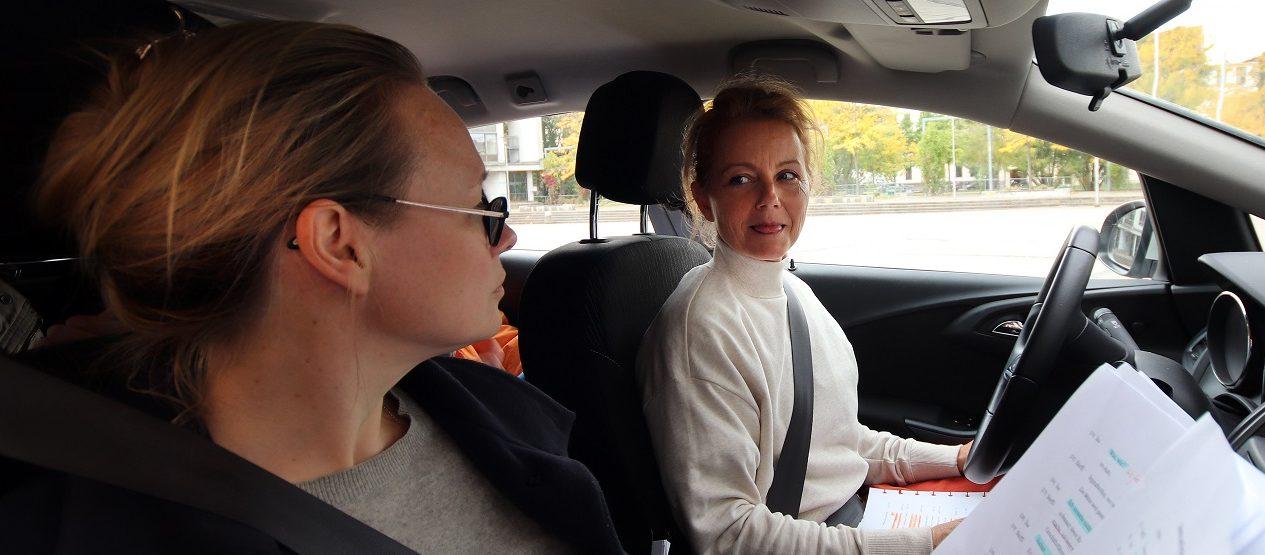 """Sie wird niemand aufhalten! - Anja Schneider und Carina Wiese bei den Aufnahmen zu """"Die Entgiftung des Mannes"""" (Foto: Olaf Parusel/MDR)"""