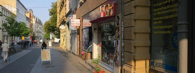Haar- und Nagelpflegeinstitute dicht an dicht: Die Leipziger Straße un Halle a.d. Saale